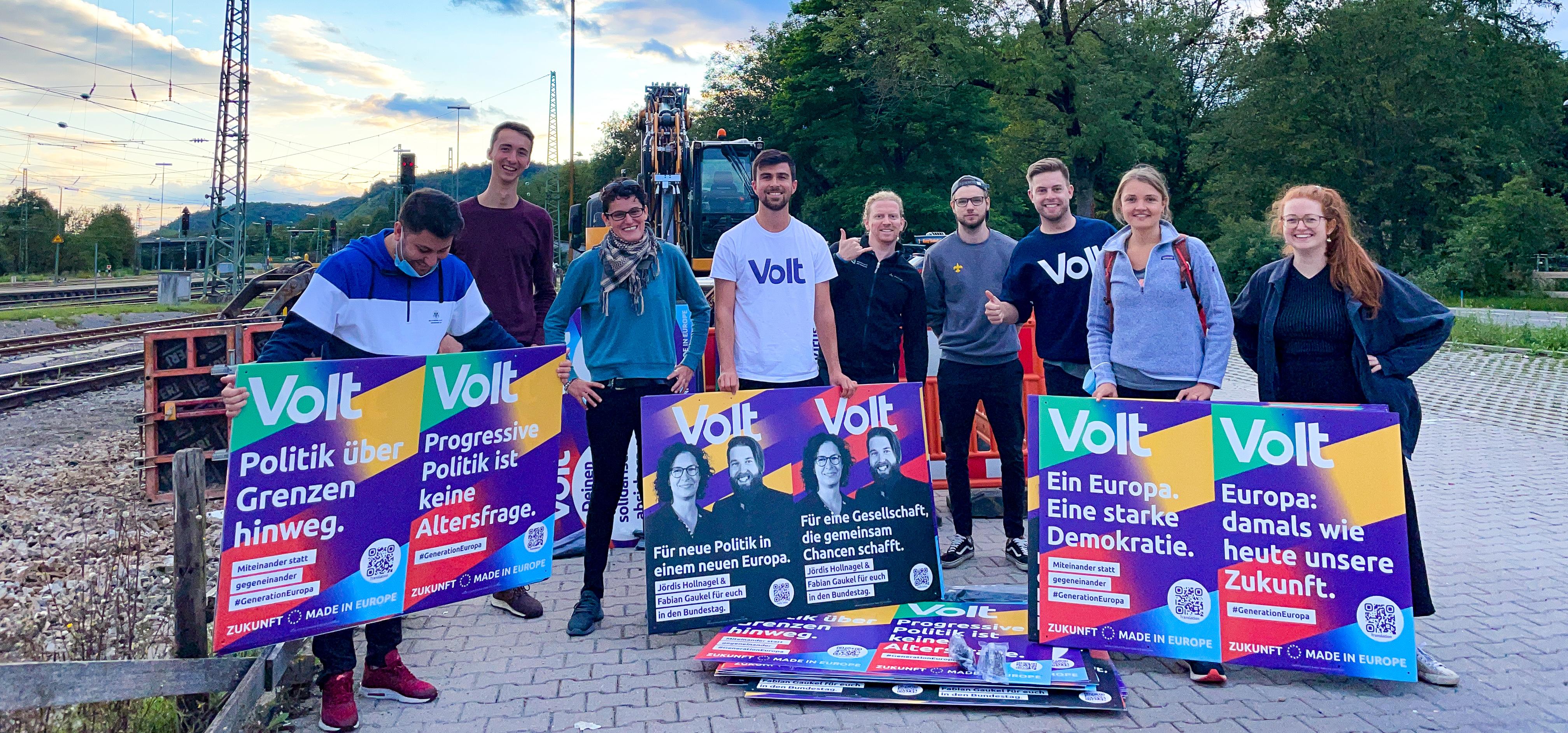 Das Team Tübingen-Reutlingen in Pose mit Plakaten zur Bundestagswahl