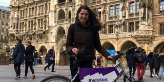 Volterin mit Volt-Fahrrad vor dem Münchner Rathaus.