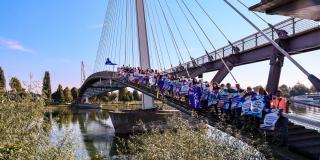 Plakatschlange auf der Rheinbrücke - Viele Volter mit Plakaten stehen auf der Brücke