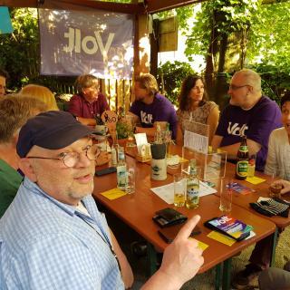 Volt Rhein-Berg beim Meet&Greet an einem Tisch