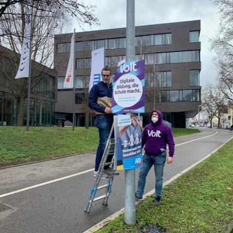 Volt Heilbronn beim Plakatieren