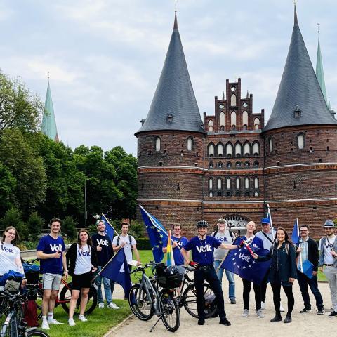 Volt Lübeck Team vor dem Holstentor