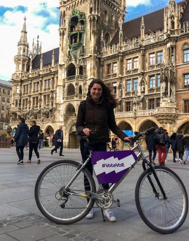 Volterin mit Volt-Fahrrad vor dem Münchner Rathaus