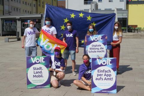 Team Ludwigsburg mit Europafahne, Pridefahne und Wahlplakate. In Zeiten von Corona mit Maske