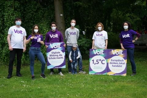 Das Team im Park präsentiert die Wahlplakate