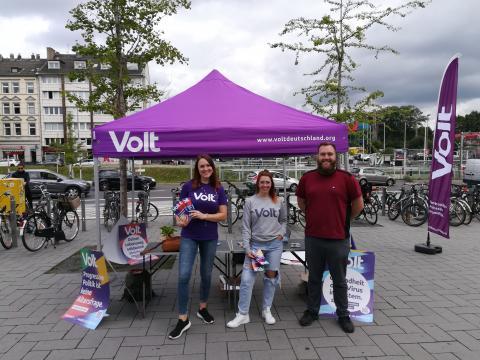 Wahlstand-Pavillon von Volt Düsseldorf im Straßenwahlkampf