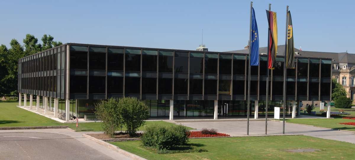 Haus des Landtags Baden-Württembergs mit Beflaggung