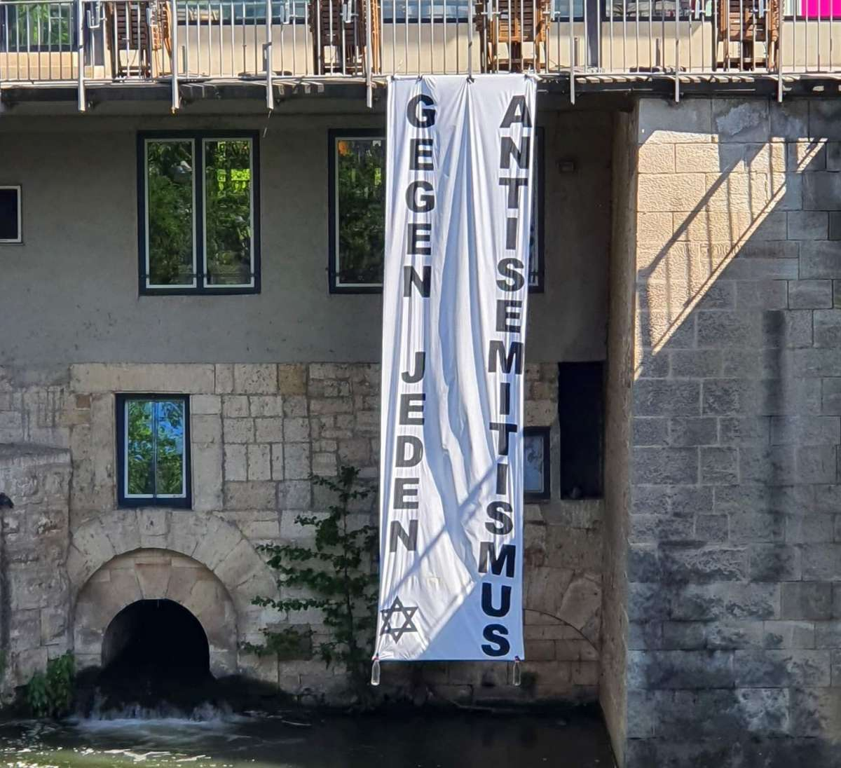 """Flagge mit der Aufschrift """"Gegen jeden Antisemitismus"""""""