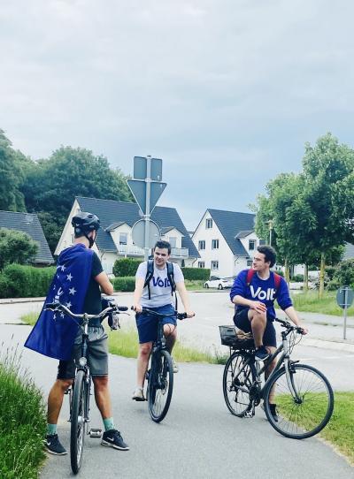 Volt Lübeck im Wahlkampf auf dem Fahrrad