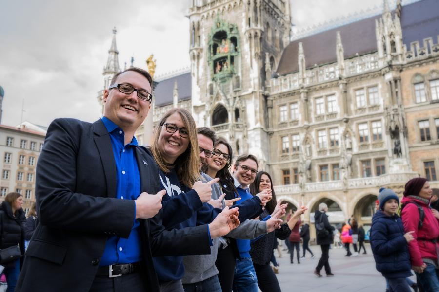 Spitzenkandidierende vor dem Rathaus
